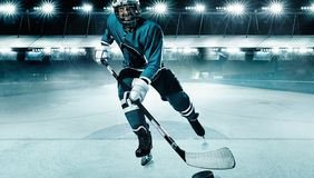 Eis-Hockeyspielerathlet im Sturzhelm und Handschuhe auf Stadion mit Stock Aktionsschu? Getrennt auf Wei? lizenzfreies stockfoto
