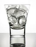 Eis im Glas mit Reflexion Stockfoto