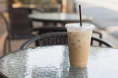 Eis-Kaffee im Plastik nehmen Schale weg Im Freienkaffee Sommertrinken Lizenzfreie Stockbilder