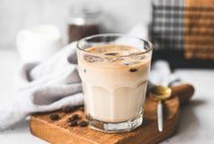 Eis-Kaffee Latte im Glas lizenzfreie stockbilder
