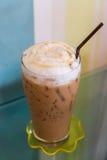 Eis-Karamell Latte auf Tabelle Stockfoto