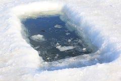 Eis-Loch für das Winter-Baden Stockbild