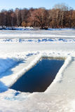 Eis-Loch in gefrorenem Fluss Lizenzfreies Stockbild
