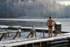 Eis-Loch Schwimmen im Winter Stockfotos