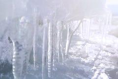 Eis mit transparenten Eiszapfen Winterzeit beim Baikalsee Lizenzfreies Stockfoto