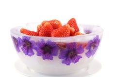 Eis-Schüssel mit Erdbeeren Lizenzfreie Stockbilder