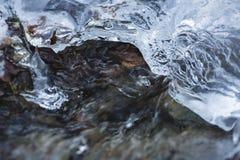 Eis-Schicht auf Fluss stockbild