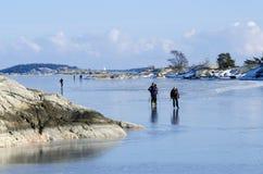 Eis-Schlittschuhläufer in Stockholm-Archipel Lizenzfreie Stockfotografie