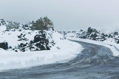 Eis, Schnee und Nebel - Schneesturm in der Hochgebirgestraße stockfotos