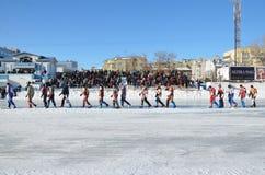 Eis-Speedway, Konkurrentenparade vor den Standplätzen Stockfoto