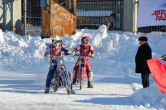 Eis-Speedway, moto Mitfahrer an der Eingangsspur Lizenzfreies Stockbild