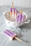 Eis am Stiel des gefrorenen Joghurts auf Marmor Lizenzfreies Stockfoto