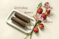Eis am Stiel-Eiscreme auf einem Stock bedeckt mit Schokoladenlüge auf einer weißen Platte nahe rosa Blumen mit Erdbeeren Lizenzfreies Stockfoto