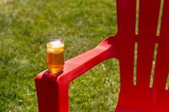 Eis-Tee auf rotem Stuhl Stockfotografie