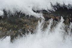Eis und Gebirgsfluss Stockfotografie