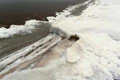 Eis und Schnee auf Ostsee stützt im Winter unter Stockbild