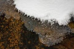Eis und Schnee im Montana-Nebenfluss Lizenzfreie Stockfotos
