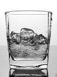 Eis und Wasser im Glas Lizenzfreies Stockfoto