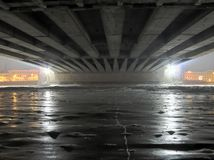 Eis unter Brücke Stockbild