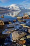 Eis-verschlossene Felsen auf den wärmenden winterlichen Ufern von See McDonald am Glacier Nationalpark, Montana, USA Lizenzfreies Stockbild