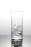 Eis-Würfel im Glas Stockbild