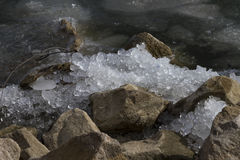 Eis zerquetscht auf Felsen lizenzfreies stockfoto