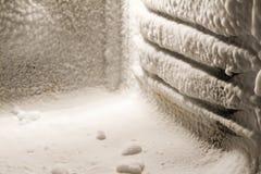 Eisansammlung auf Gefriermaschinewänden stockfoto