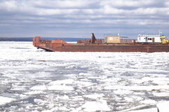 Eisantrieb auf dem Fluss Stockfoto