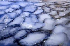Eisauslegungen in einem gefrorenen See. Lizenzfreies Stockfoto
