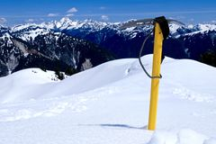 Eisaxt im Schnee auf die Gebirgsoberseite Stockbilder
