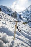 Eisaxtstock im Schnee in den polnischen Bergen, Tatry Lizenzfreies Stockfoto