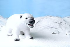 Eisbärspielzeug im blauen Himmel in der polaren Landschaft Stockfotografie