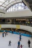 Eisbahn in einem Einkaufszentrum Stockfotografie