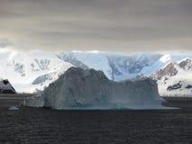 Eisberg in den Wolken Stockbild
