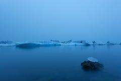 Eisberg in der Lagune um Mitternacht Lange Berührung stockbild