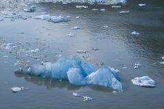 Eisberg, der in Meer vor Alaska schwimmt Lizenzfreie Stockbilder