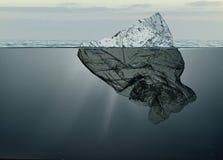 Eisberg des Abfallplastiks schwimmend in Ozean mit Grönland zurück lizenzfreie stockfotografie