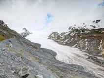 Eisberg Findelgletscher in steinigem Talgebrüll Adlerhorn-Gebirgsmassiv, Zermatt-Region, die Schweiz Der Rest des Eises am Ende d Stockbild