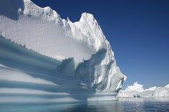 Eisberg fließt in antarktisches Wasser lizenzfreies stockfoto