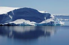 Eisberg im ruhigen Wasser Stockbild