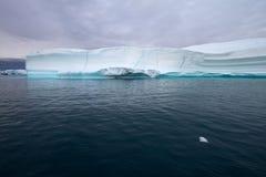 Eisberg mit Türkiszeile Stockfoto