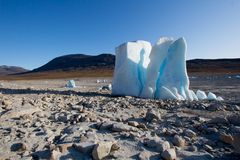 Eisberg mitten in einem ausgetrockneten See Stockfotografie