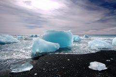 Eisberge auf einem schwarzen Strand Lizenzfreie Stockfotos