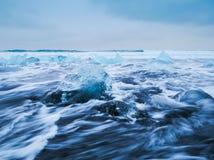 Eisberge, die auf schwarzen vulkanischen Strand, Island schwimmen lizenzfreie stockbilder