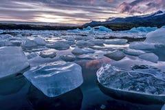 Eisberge, die in Glazial- Lagune Jokulsarlon schwimmen stockfotos