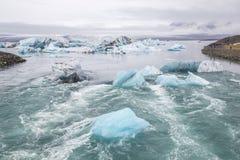 Eisberge, die heraus zum Meer an der Gletscher-Lagune in Island schwimmen lizenzfreies stockfoto