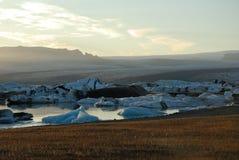 Eisberge, die in Jokulsarlon-Gletschersee, Island schwimmen Lizenzfreies Stockbild