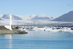 Eisberge, die in Jokulsarlon-Gletschersee, Island schwimmen Lizenzfreie Stockbilder