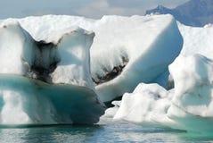Eisberge, die in Jokulsarlon-Gletschersee, Island schwimmen Stockfotos