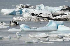 Eisberge, die in Jokulsarlon-Gletschersee, Island schwimmen Stockbilder